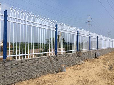 安平维二路锌钢围墙护栏1350米